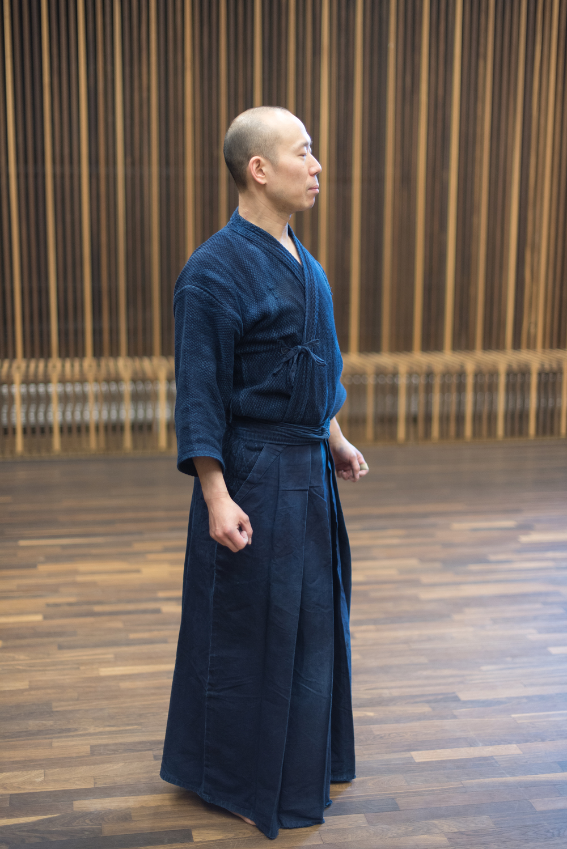 I kendo bærer man en uniform, der minder om samuraiernes traditionelle påklædning med gi og hakama. Begge dele er lavet af bomuld og farves med indigoblå.  Guide til køb af kendo uniform findes her