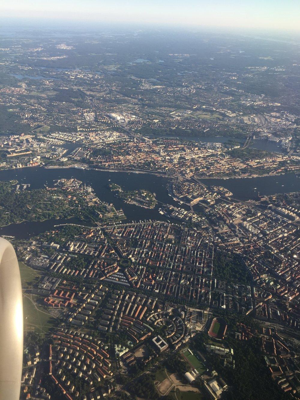 20.00    F ramme! Ser ni gamla stan o slottet? Jättevacker inflygning över Stockholm. Tog flygbussen till city och min äldsta dottern. Enkelt och smidigt, och dessutom billigt. Sedan en kort promenad längst Rörstrandsgatan, som är full av uteserveringar och fulla med glada människor i sommarvärmen.   Arrived! Can you see the Old Town and the Royal Castle? Really nice view over Stockholm on this flight. Took the bus into city. Easiest way to go to my daughters place. And then a short walk along busy Rörstrandsgatan. Full of outdoor restaurants which are full with happy Swedes, enjoying the early summer.