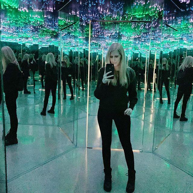 🎆✨infinite illusions✨🎆 • • • #museumofillusions #toronto #infintyroom #canada