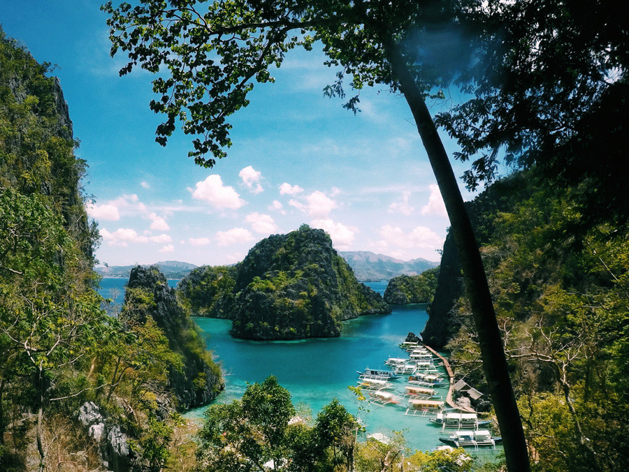 The beauty of Kayangan Lake, with its crystal clear turquoise waters and green hills.