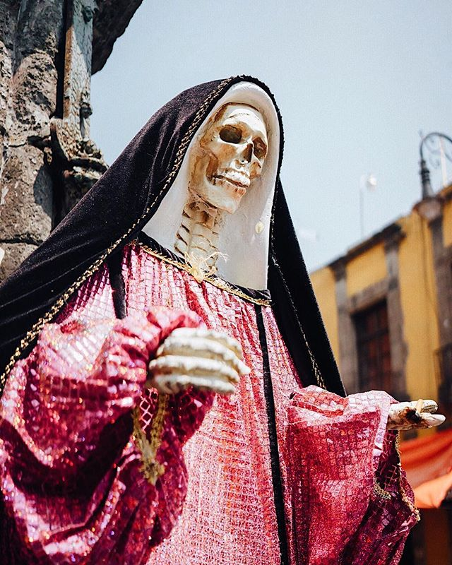 Religious icons and symbols up and down the city market streets. ----- #skeleton #nun #mexicocity @mexicocitylive #cdmx @cdmx @cdmx_oficial @mexicodf #ciudaddemexico #mexico @sonyalpha #sonyimages #sonya7ii #35mm