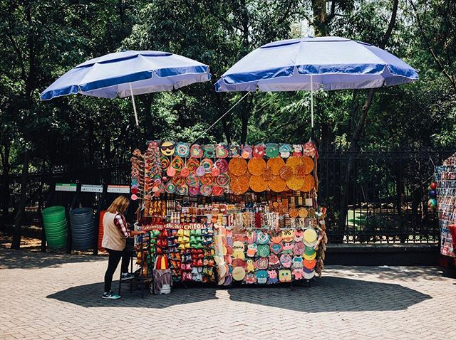 Another lollipop shop on wheels, this time at Chapultepec Park. Sweets for days here!  #sweetshop #foodcart #chapultepec #mexicocity @mexicocitylive #cdmx @cdmx @cdmx_oficial @mexicodf #ciudaddemexico #mexico @sonyalpha #sonyimages #sonya7ii #35mm