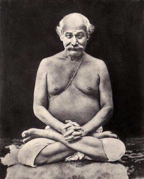 Fotografía original de un Yogavatar (encarnación del Yoga), Sri Shyama Charan Lahiri Mahashaya (1828-1895). Gangadhar era el nombre en su vida anterior viviendo como yogi en las cuevas del Himalaya.