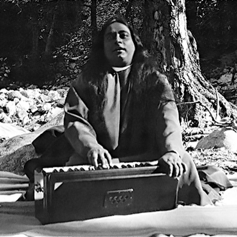 Sri Paramahansa Yogananda cantando con el armonio