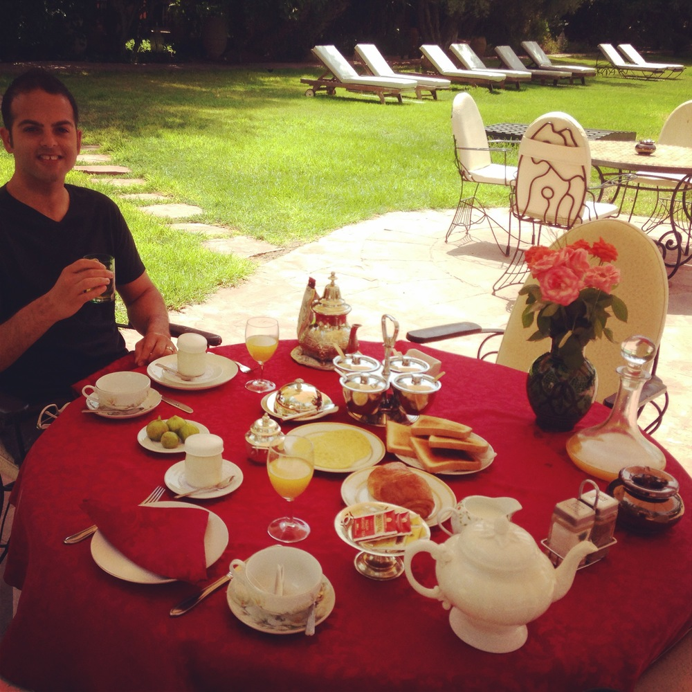Breakfast on the Lawn Poolside :: Photo Credit: Comuse Travels