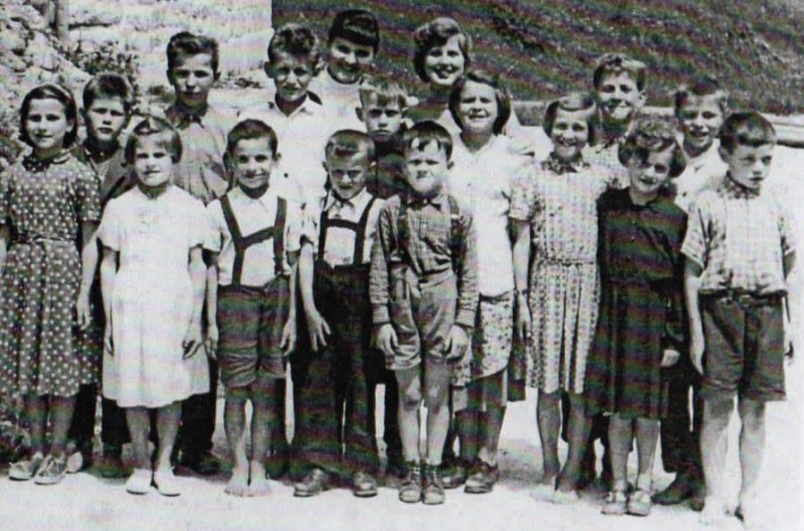 Metod Setnikar je peti otrok z leve, bos.