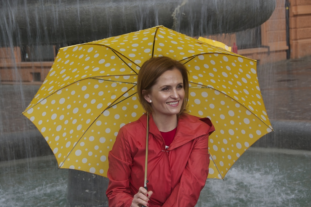 "Lidija Jerman v značilnem angleškem vremenu ""it's raining cats and dogs"".                              Foto: Santosh"
