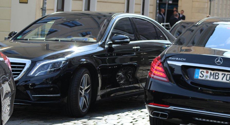Vozni park skupine Bilderberg v Dresdnu. Foto: Charlie Skelton/Twitter (@deYook)