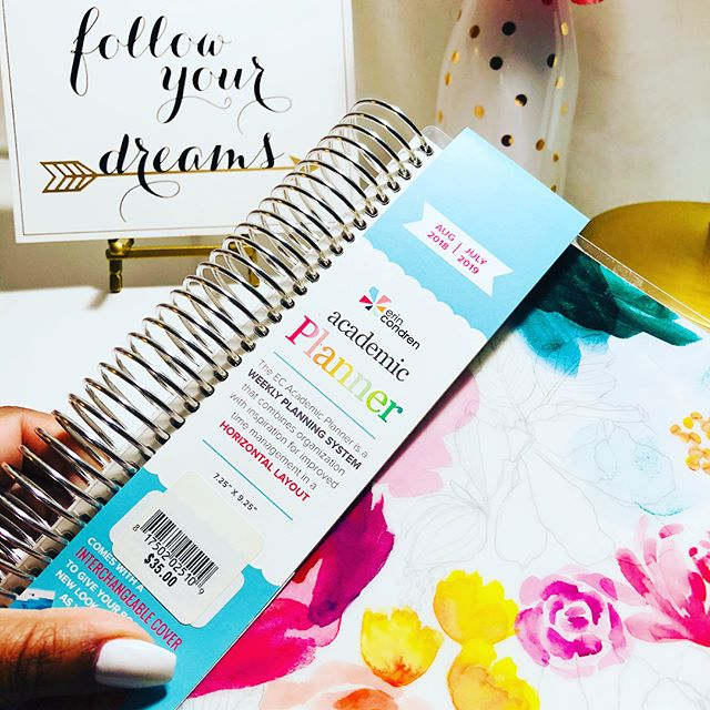 Sharing the insides of this FLAWLESS @erincondren coiled academic planner!!It's as if the #eclifeplanner and #ecacademicplanner and #ecdeluxemonthlyplanner had a baby and created this GEM! Found her at my university bookstore and am so in love...could this be #plannerpeace 🤩🤩🤩#plannergirl #planneraddict #plannernerd #plannerbabe #wlec #wlechorizontal #bwwpc #plannercommunity #erincondren #gradlifechic