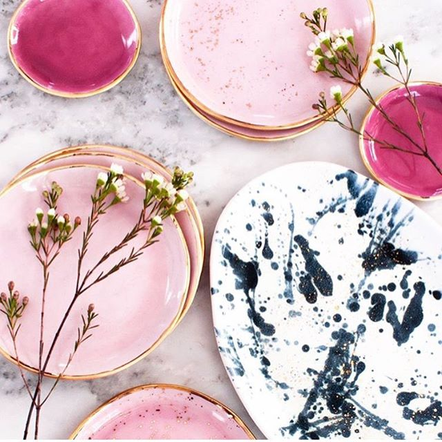 I am loving these gorgeous hand painted plates by @suiteonestudio ⭐️ My breakfast would look 100x more delicious served on one of these 💖