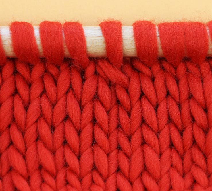 Surjet simple endroit -   les mailles sont inclinées vers la gauche. On emploie généralement cette technique sur l'endroit du tricot.
