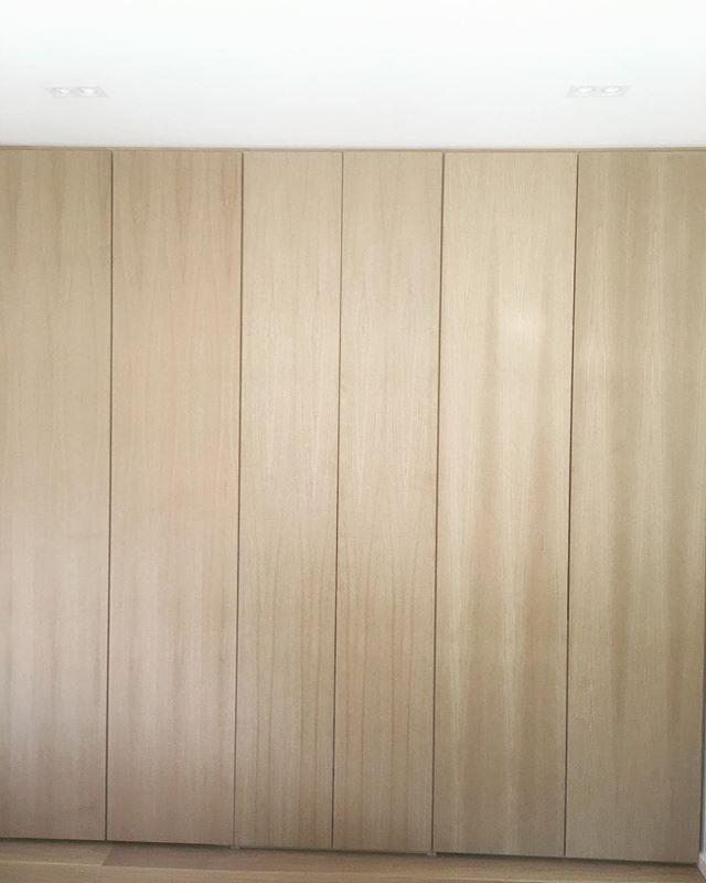 Skapdører i eikefinert mdf fra gulv til tak, gir et mer eksklusiv utseende på garderoben #skapskredderen #garderobe #oppbevaring #klesskap #interiør #innredning #drammen