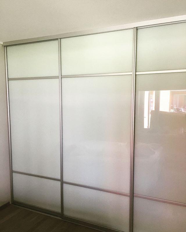 En vegg med klesoppbevaring #skapskredderen #garderobe #skyvedørsgarderobe #oppbevaring #interiør #drammen