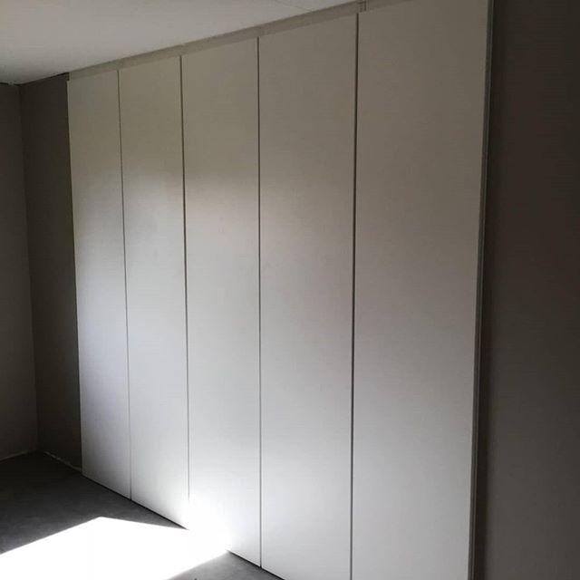 Her har vi laget en 1 meter dyp garderobe over en 2,5 m bred nisje. 5 fullverdig 1 meter brede skap trekkes ut og gir full tilgang til hyller, heng og kurver. Se alle bildene for beskrivelse av prosessen :) #garderobe #garderobeskap #storskuff #warderobe #drawer