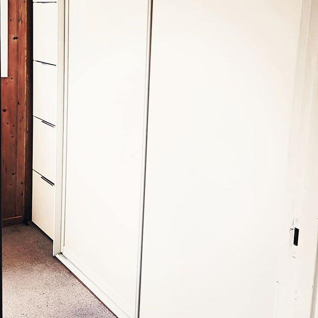 Ikke sjelden er den enkleste løsningen, den beste. Her i husets kjellerbod, har eldre hengslede dører blitt byttet ut med skyvedører med god plass til sko og heng. Pga noe begrenset plass mot yttervegg, laget vi gode og dype skuffer som rommer typisk sesongskifte av klær og tilbehør. De overliggende håndtakene her, er levert av @burinorge