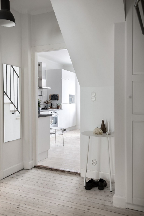 See how cleverly this mirror is placed so the expression from the railing can reach you all the way to the hallway as you enter the apartment?