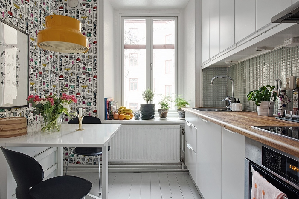 Happy retro kitchen wallpaper and lamp.