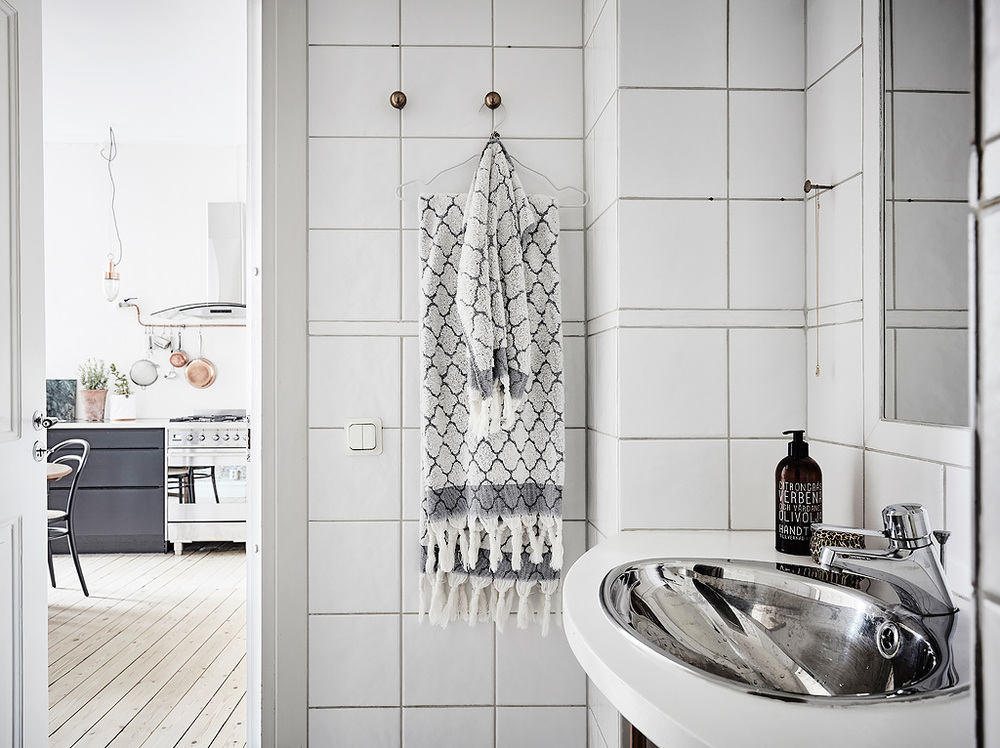 The details make this simple bathroom pop.