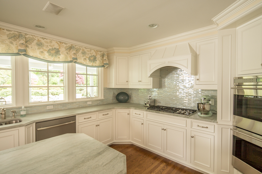 White Kitchen Knobs and Pulls