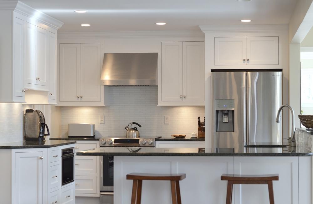 Metropolitan Shaker White Kitchen Cabinets - Darien CT | Ackley Cabinet LLC