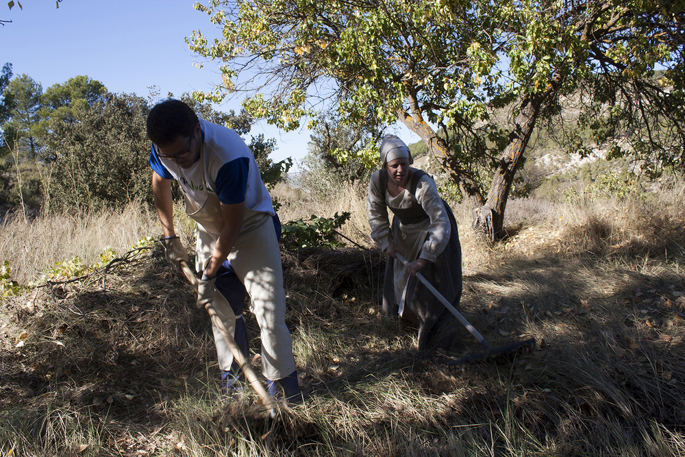 Andrés Fajardo Sánchez, wearing one of the ´Zamarros´or split-crotch aprons that I sewed for the team, clears the land with his hoe, as I rake behind him.