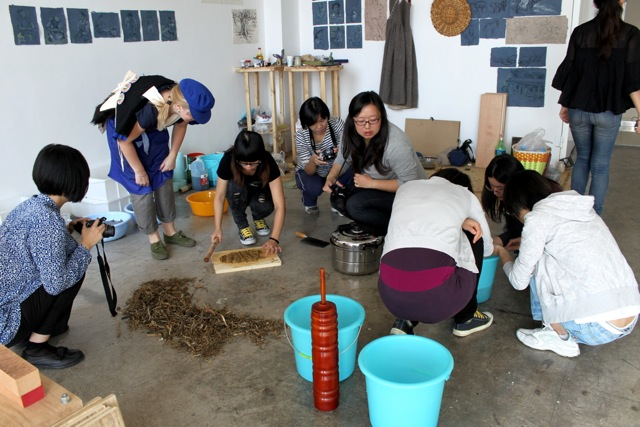 Making Dongba paper at workshop at the Pavilion, Vitamin Creative Space, Beijing.