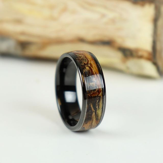 Look at all the different colors in this tungsten and wood ring!!! The wood comes from a 100 year old tree that's in the backyard of the couples first house they bought together. 🌳 🌳 🌳