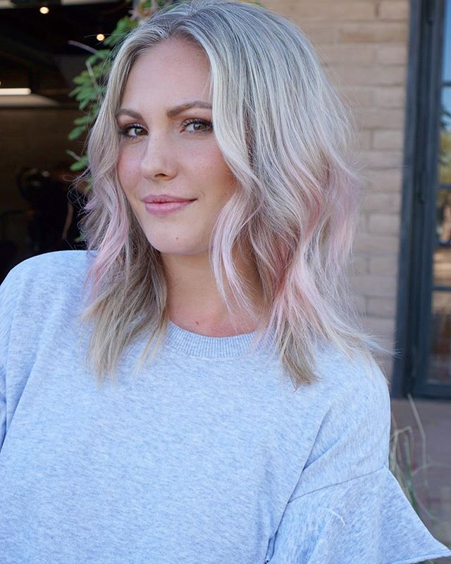 Just a touch of pink to top off her blonde! Love this girl! 😍💕💕 @schwarzkopfusa @brazilianbondbuilder styled by @hairbyhecker