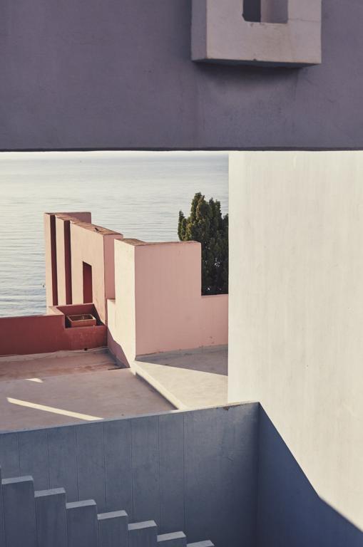La Muralla Roja - Ricardo Bofill - photo by Nacho Alegre.png
