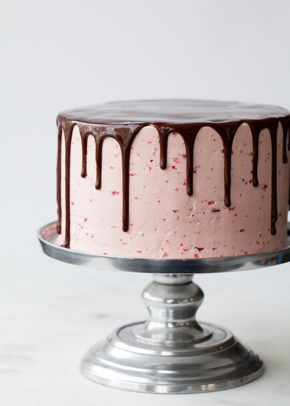 Cake With Chocolate Dripping : Chocolate Dipped Strawberry Cake + my best tips for drippy ...