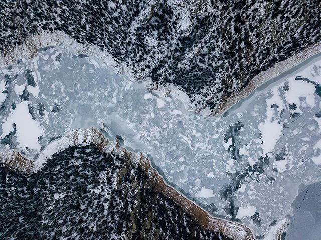 Lago congelado visto desde arriba // Frozen lake seen from above.  #photooftheday #picoftheday #djing #colorful #beautiful #beauty #instagood #instacool #amazing #nofilter #awesome #travel #travelphotography #aerialphotography #frozen #snow #dronephotography #dronestagram