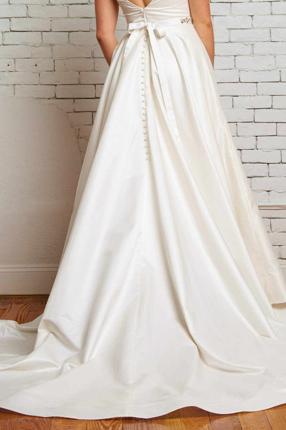 10D London Back-Rebecca Schoneveld-Satin_V-neck_Simplicity_Modern_Wedding_Ballgown.jpg