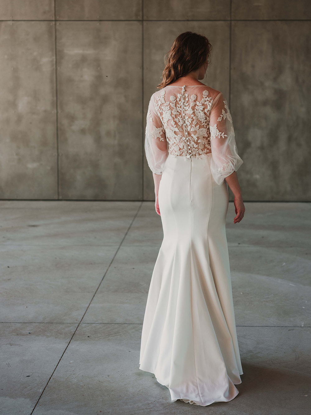 back_2_Rebecca_Schoneveld_Beau_Gown_Removable_Overskirt_romantic_clean_gown_applique_Tulle_crepe_juliet_sleeve.jpg