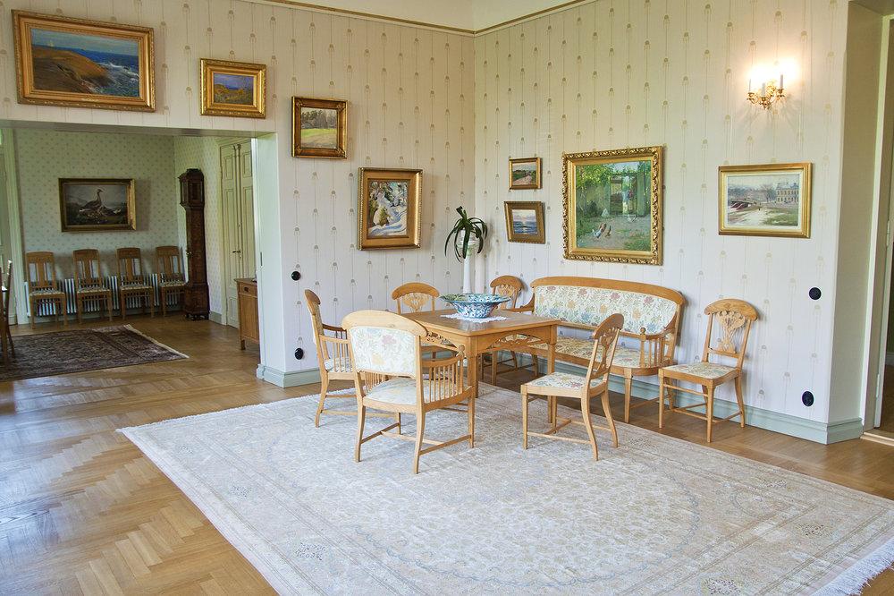 Pikkupalatsin Taide- ja antiikkikodin olohuone antiikkiryhmä kukat Janne Rantanen.jpg