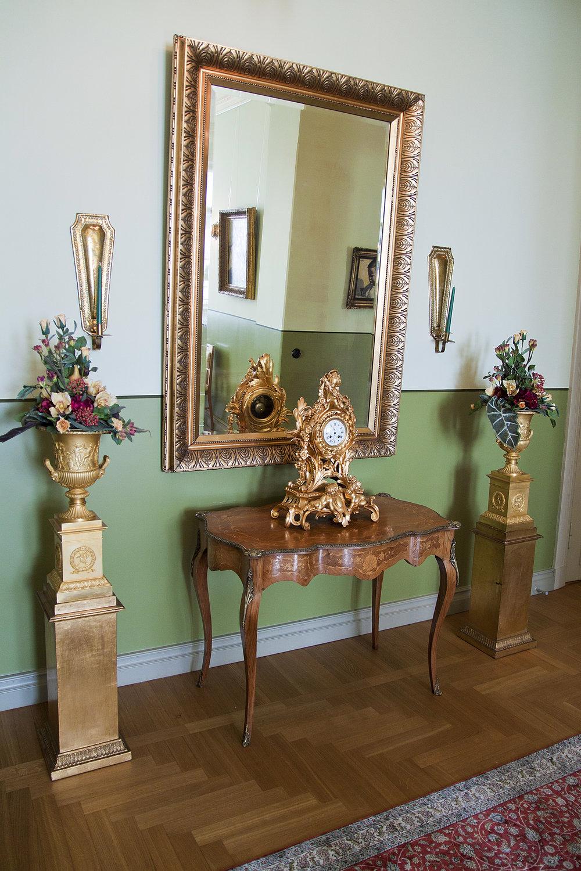 Pikkupalatsin Taide- ja antiikkikoti aulan peili ja pystit pystykuvaJanne Rantanen.jpg