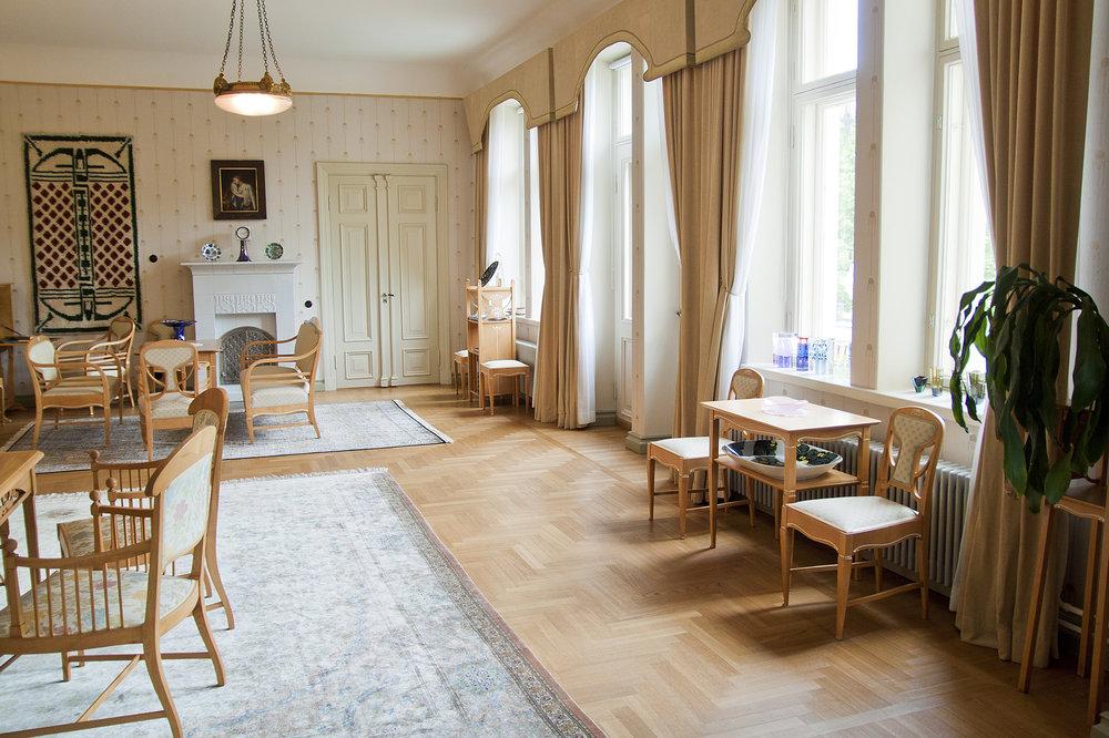 Pikkupalatsin Taide- ja antiikkikoti olohuoneen ikkunat ja valo Janne Rantanen.jpg