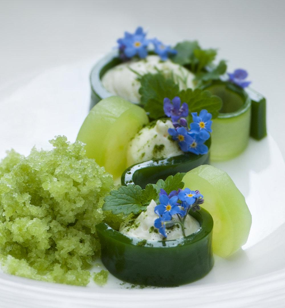 Armas C´atering lautasannos koristelu kukkasin.jpg