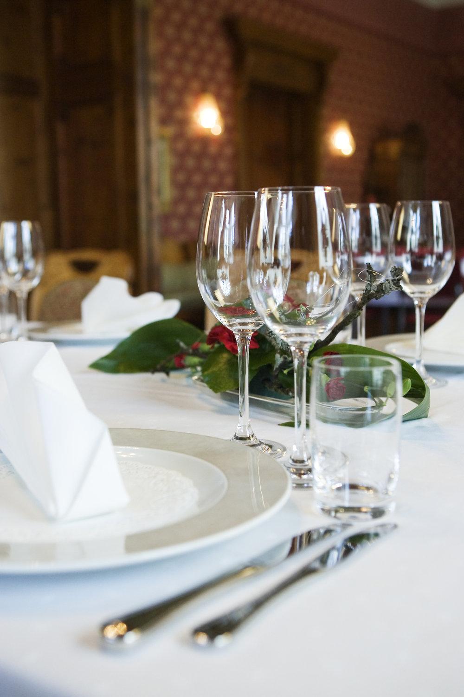 Tarjoilut Pikkupalatsilla lautanen ja lasit kuva Pixoi.jpg