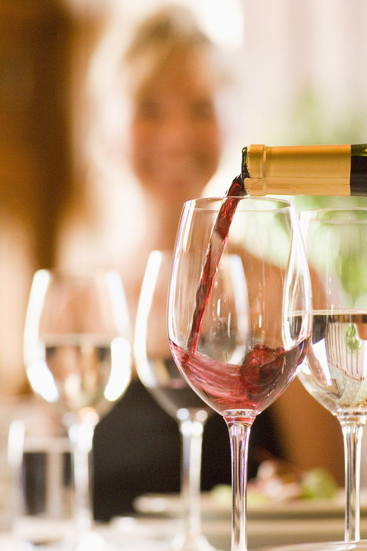 Tarjoilut Pikkupalatsilla viinin tarjoilu laseihin.jpg