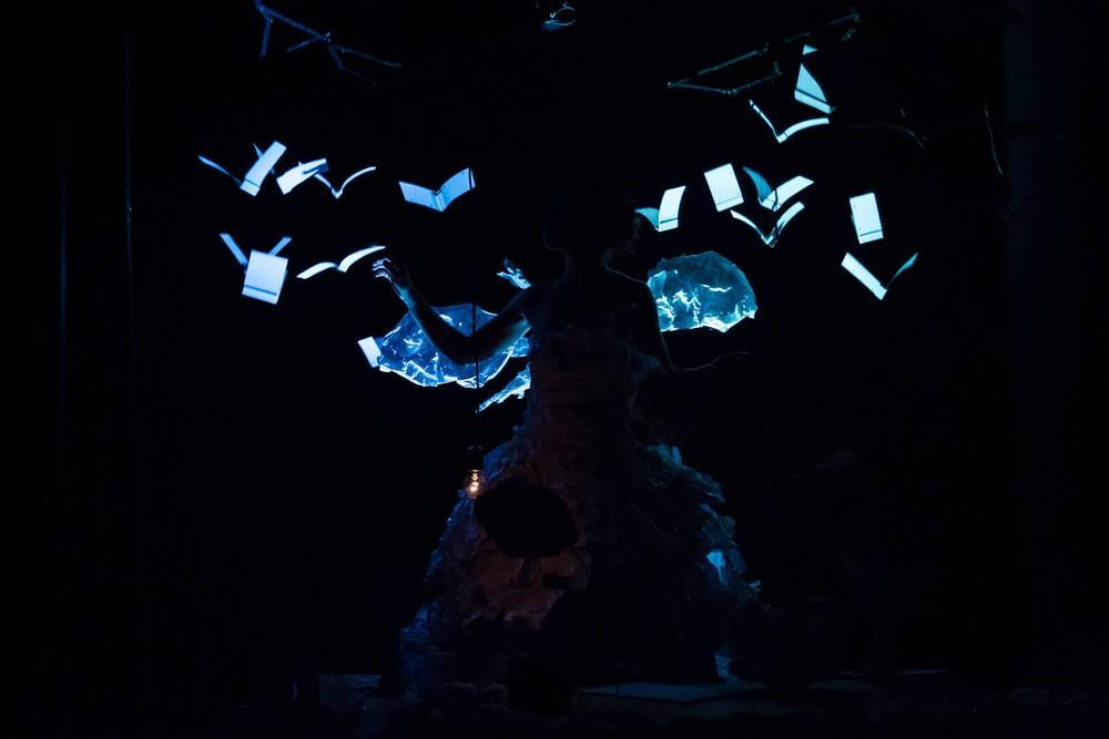 maayan iungman maayan lungman maayan jungmann maayan iungman maayan lungman maayan jungmann mayan jungman majan niyar nijar EIne Papiergeschichte israelische Puppenspielerin israeli puppeteer berlin puppet theatre paper play puppenstars Papierstueck ohne Worte Thomas Moked Papiertheaterstueck Objektpapiertheater Papierpuppen erfolgreich magisch magical fantasie