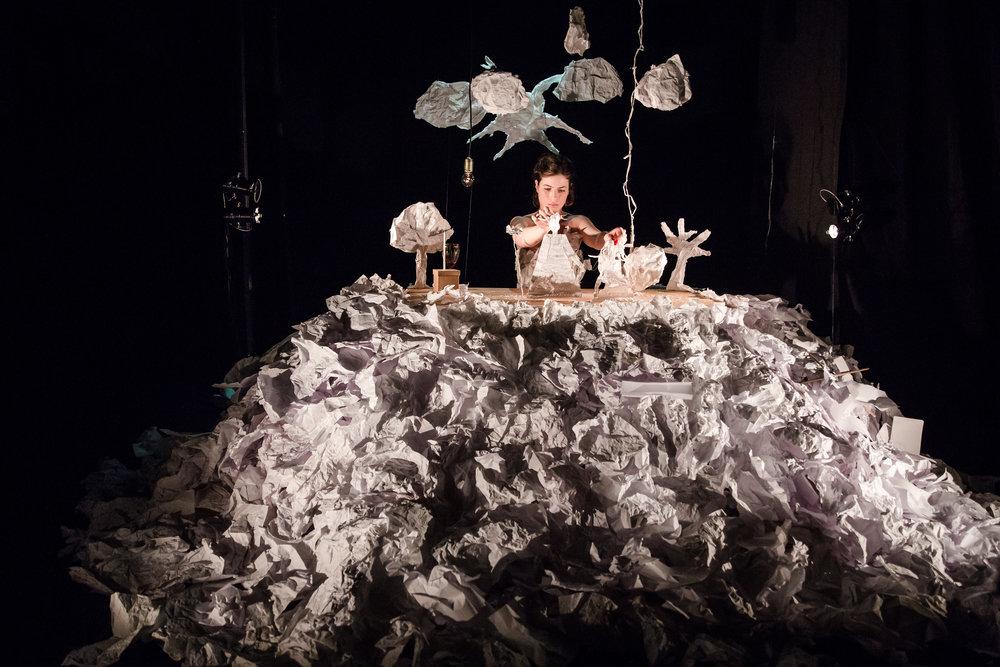 maayan iungman maayan lungman maayan jungmann maayan iungman maayan lungman maayan jungmann mayan jungman majan niyar nijar EIne Papiergeschichte israelische Puppenspielerin israeli puppeteer berlin puppet theatre paper play puppenstars Papierstueck ohne Worte Thomas Moked Papiertheaterstueck Objektpapiertheater Papierpuppen erfolgreich magisch magical fantasie lungmann