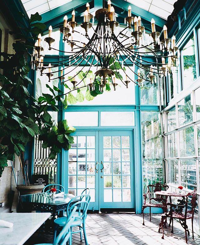 Dreamy blues at @havanasanantonio's Ocho restaurant. 💙 Add it to your #stringhitlist!