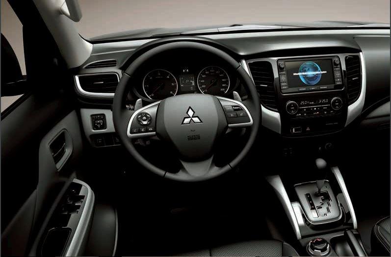 Grandi Spazi    Con il nuovo L200 è possibile viaggiare comodamente grazie all'ampio spazio disponibile all'interno dell'abitacolo. L'elevata qualità e l'innovativo design dei sedili aumentano il comfort sia per il guidatore che per i passeggeri. La silenziosità è garantita dall'utilizzo di materiali specifici, che minimizzando vibrazione e rumore favoriscono una guida rilassata e confortevole. L'ampia disponibilità di vani portaoggetti consente di vivere piacevolmente qualsiasi trasferimento.