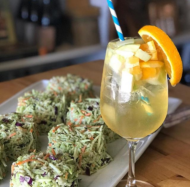 White Sangria + delicious broccoli bites are what Thursday's were made for. 🤩🙌🏼 @bluetablebar . . . #sangria #thirstythursday #locallove #whitesangria #agoura #malibu