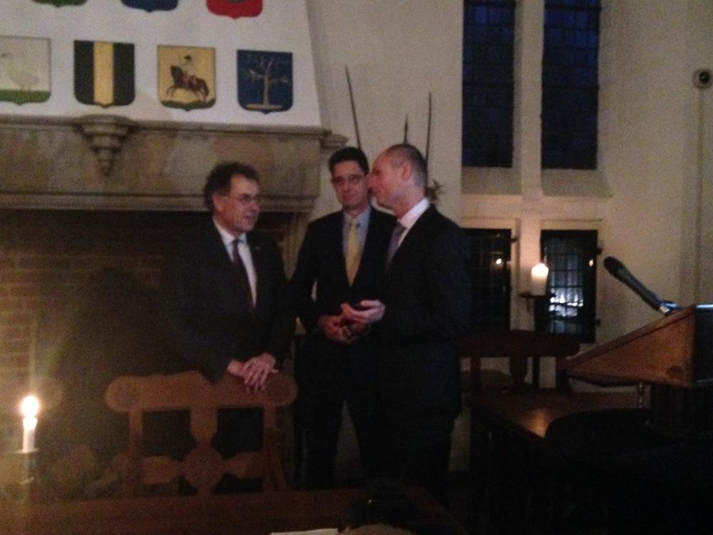 De overhandiging van de gulden met van links naar rechts:Anton Valk, Robert Quarles van Ufford en Minister Blok