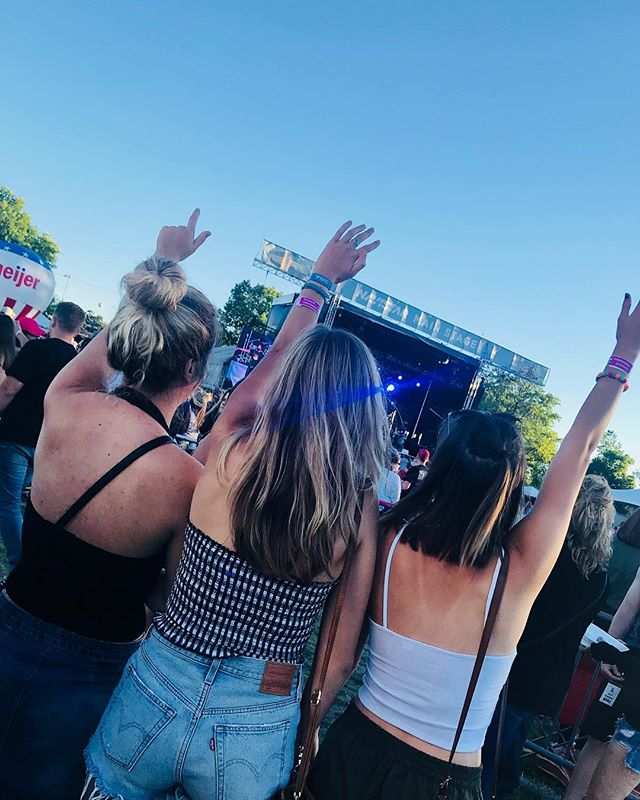 Jake Owen had everyone's hands up last night 🎶 Naperville is ready for Steven Tyler tonight!! #partywithapurpose