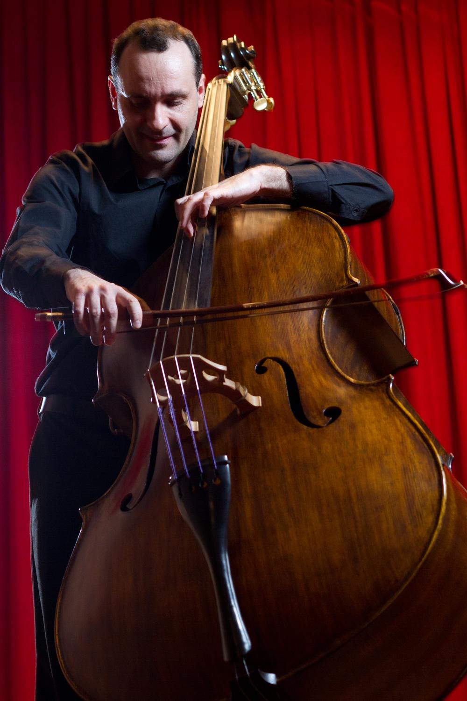 Alexandre toca em um contrabaixo de Albert Jackstad 2009, um instrumento 7/8 de número 103 Fotógrafo: Isaias Mattos - 2012