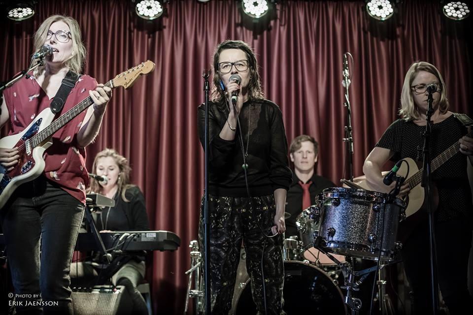 Christel, Katti, jag, Jonathan och Therese med 500 mil på Debaser, Stockholm, 2014. Basisten Jörgen hamnade utanför bild. Foto: Erik Jaensson.