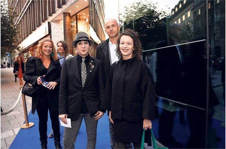 På väg mot Radiogalan 2013. Fr v Carin Evander (dåvarande researcher), Agneta Karlsson (reporter), Tommie Nissilä (ljudtekniker), Per Johansson (projektledare UR) och linslusen längst fram.