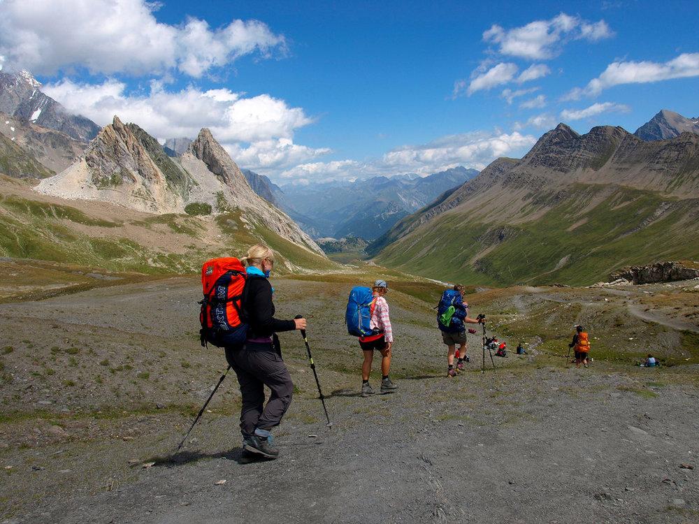 CH170046-discesa-dal-Col-de-la-Seigne,-confine-tra-Francia-e-Italia,-verso-il-rifugio-du-Mont-Blanc.jpg